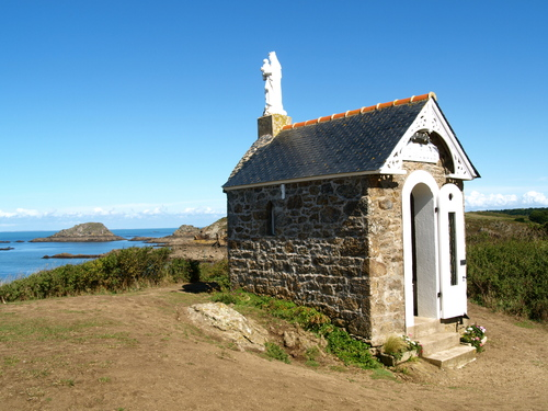 This chapel holds between 4 and 6 people approximately. Tiny!