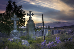 The cemetery is seemingly abandoned, in the grounds of a ruined church no longer accessible by road.