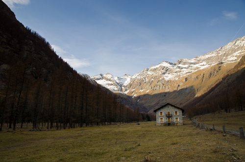 The hunting house of Vittorio Emanuele II is located in the center of this remarkable plateau in the heart of the Valley of Campiglia, historical vestiges of a time that was generous to the people of these valleys. Now the harmony and beauty are kings in this enchanted and suggestive corner of Val Soana and the National Park of Gran Paradiso.